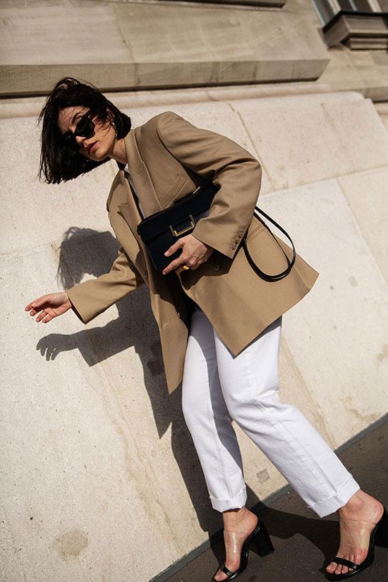 Blazer con Pantalón Blanco y complementos en negro